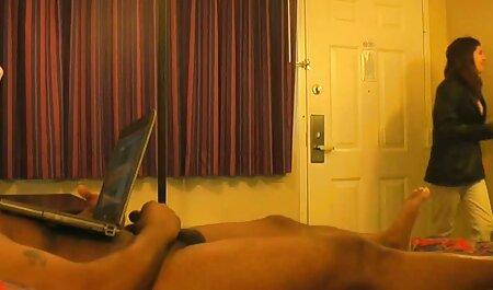 Joven modelo porno clava folladoras maduras un consolador en la pared y le pone el coño en una pose estilo perrito