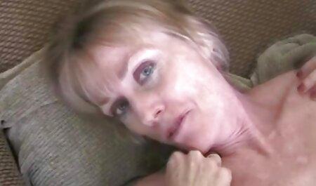 Jovencita chupa la polla de su novio y xxx señoras caseros se masturba el coño con un consolador en la webcam