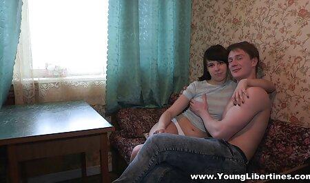 Chica amorosa piensa en la maduras videos xxx polla de un chico masturbándose en solitario en la webcam