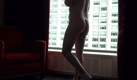 Chica sexy da lecciones en línea sobre una mamada profunda y adecuada con succión de señoras cojiendo esperma