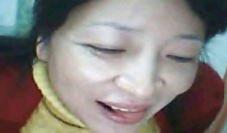 Una joven amante se sentó con un coño sobre la dura polla madurasx de su esclavo
