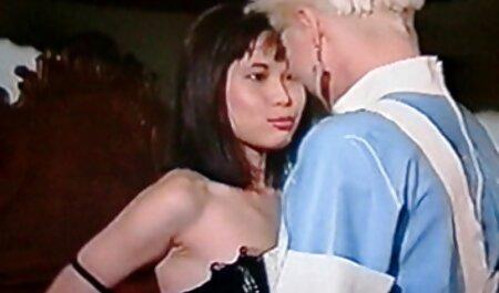 El caballero se folla suavemente a una joven estrella del porno en la cama y jordi follando maduras se corre en su coño