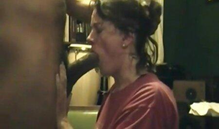 Jovencitas tetonas arrastraron ver videos de mujeres maduras al negro hasta su casa y las obligaron a follar con ellas