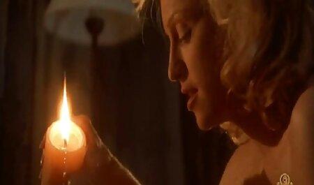 Esposa rubia flaca hace un show de sexo erótico delante de su marido con una cámara en la videos de maduras desnudas mano