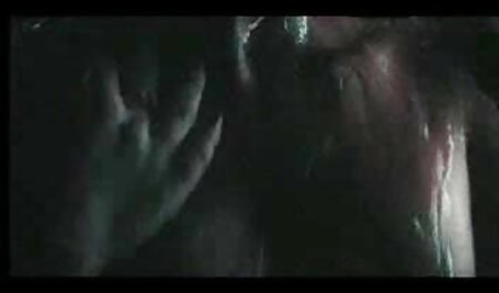 Perras jóvenes con jovencitos follando maduras grandes tetas muestran sus pechos a la cámara y besan con avidez los pezones