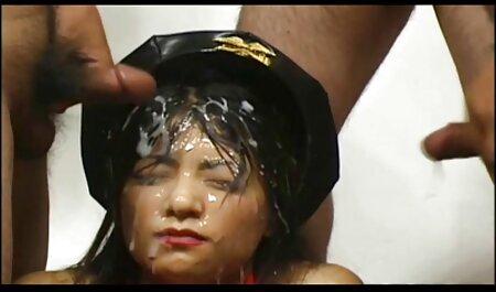 Una joven morena se folla con ganas el culo señoras cojiendo y el precioso coño delante de una webcam