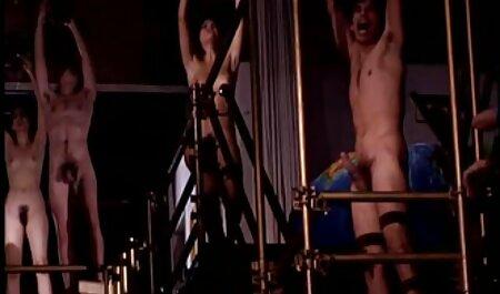 La polla del marido recibe una maduritas desnudas deliciosa mamada de una joven esposa en lencería después de su striptease