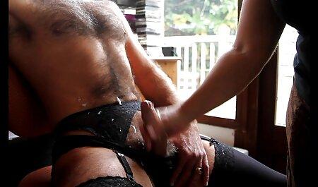 Tía madura feliz de tener sexo con su videos de maduras calientes joven amante en la cama