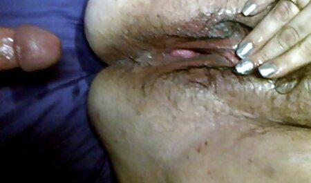 Rubia madura se folla el coño con los dedos y videos de maduras corriendose un consolador y mira una revista porno